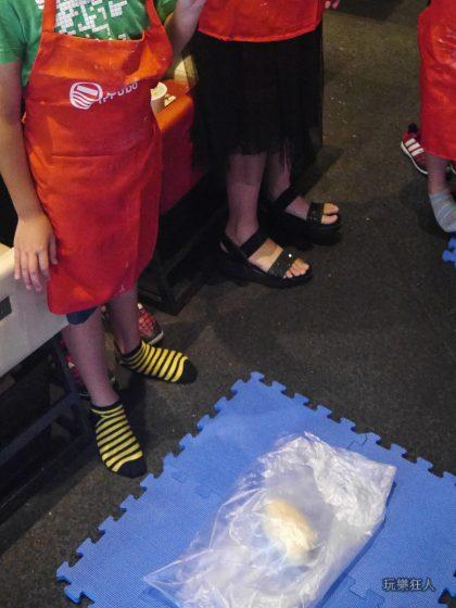 『一風堂兒童廚房』- 準備踩麵糰