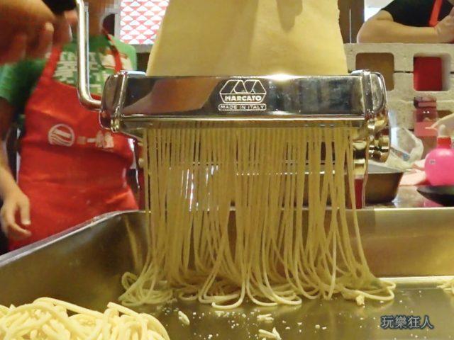 『一風堂兒童廚房』- 用機器製麵