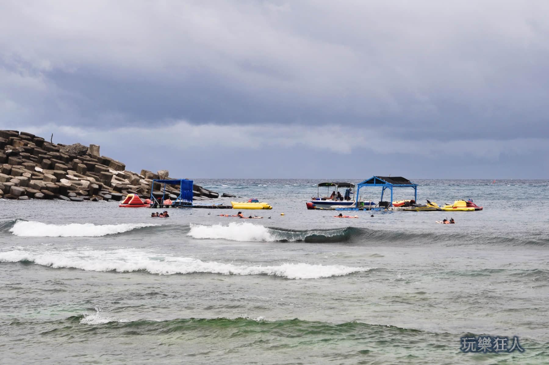 「小巴里島岩」海浪沙灘區-浮潛業者戲水平台