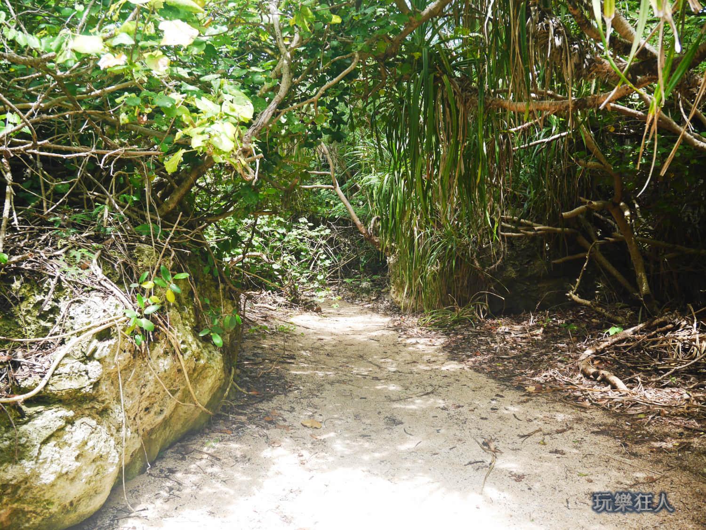 「小巴里島岩」前往礁岩戲水區